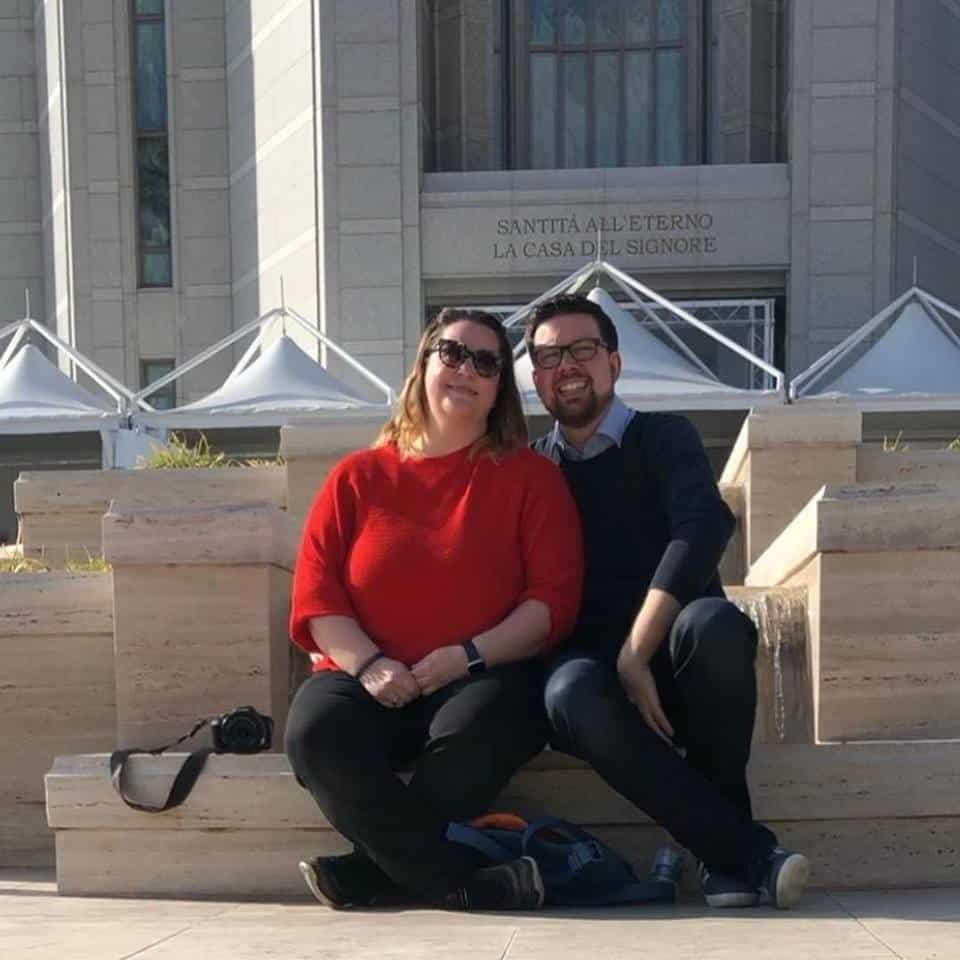 Ruth und Ansgar vor dem Tempel